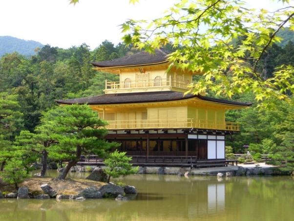 Chùa vàng Nhật Bản đẹp nên thơ trong không khí oi nồng mùa hạ
